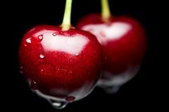 Makro der roten Kirsche mit Wassertropfen Stockbild