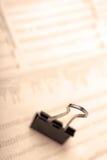 Makro der schwarzen Papierklammer auf Zeitung. Stockfotografie