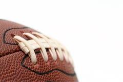 Makro des amerikanischen Fußballs über Weiß Stockbild