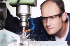 Makro des Arbeiters an Fräsmaschine. Lizenzfreie Stockfotografie