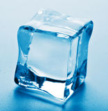 Makro des Eiswürfels lizenzfreie stockbilder