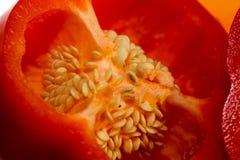 Makro des geschnittenen roten Pfeffers, der Samen zeigt Lizenzfreie Stockbilder