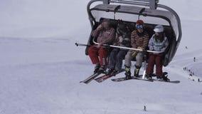 Makro des grünen Grases Skifahrerfahrt auf Skiaufzug Landschaft von schneebedeckten Bergen sonnig sport stock footage