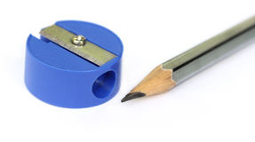 Makro des hölzernen Bleistifts mit Bleistiftspitzer Stockfoto