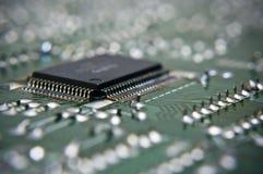 Makro des Mikrochips auf der Leiterplatte Stockbild