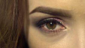 Makro des schönen weiblichen Auges mit nettem bilden Frau mit Schönheit bilden den Kameraabschluß oben betrachten stock footage
