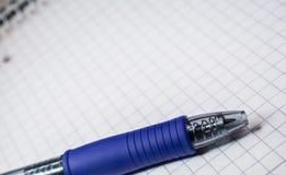 Makro eines Kugelschreibers auf Karopapier Lizenzfreies Stockbild