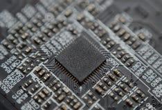 Makro elektronischer Chip auf dem Brett lizenzfreie stockbilder