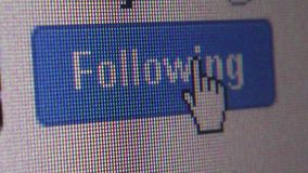 Makro'folgt' nahes hohes Benutzerklicken auf Twitter Knopf (einigen Veränderungen) stock video footage