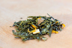 Makro- fotografia herbata Skład rozsypisko wysuszony poślubnika kwiat lokalizować na drewnianej desce Zielona naturalna herbata z Obraz Stock