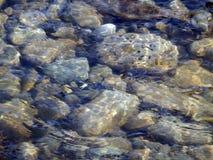Makro- fotografia kamienie w rzece obrazy royalty free