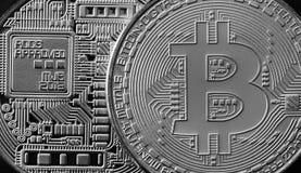 Makro- fotografia srebny bitcoin Zamyka w górę błyszczącej metal tekstury Abstrakcjonistyczny biznes i nowożytny technologii tło  Obraz Royalty Free