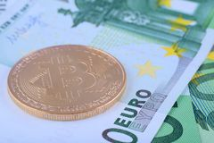 Makro- fotografia - tło Europejska waluta euro i bitcoin, Fotografia Royalty Free
