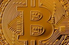 Makro- fotografia złoty żółtego metalu bitcoin Zamyka w górę błyszczącej metal tekstury Abstrakcjonistyczny biznes i nowożytny te Obrazy Royalty Free