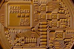 Makro- fotografia złoty żółtego metalu bitcoin Zamyka w górę błyszczącej metal tekstury Abstrakcjonistyczny biznes i nowożytny te Zdjęcie Royalty Free