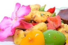 Makro gebratene Brotfrüchte mit Rot, Gelb und grünen Paprikas lizenzfreies stockfoto