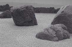 makro grabijący ogrodniczego piasek ryzyka trzy kamienie zen Obrazy Stock