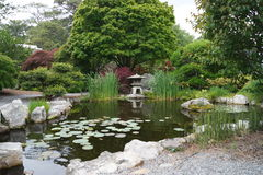 makro grabijący ogrodniczego piasek ryzyka trzy kamienie zen Obrazy Royalty Free