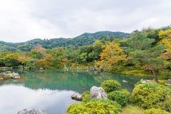 makro grabijący ogrodniczego piasek ryzyka trzy kamienie zen Obraz Royalty Free