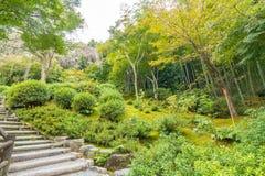 makro grabijący ogrodniczego piasek ryzyka trzy kamienie zen Zdjęcie Stock