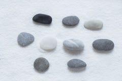 makro grabij?cy ogrodniczego piasek ryzyka trzy kamienie zen fotografia royalty free
