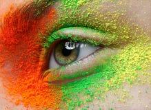 Makro- i zakończenie kreatywnie makijażu temat: piękny żeński oko z pomarańcze, zieleni i koloru żółtego pigment, retuszował foto Zdjęcie Stock