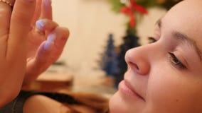 Makro- idealna dziewczyny twarz czyta sms na telefonie kłama uśmiechy zdjęcie wideo