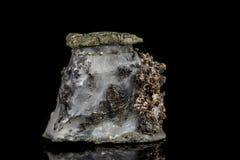 Makro- kamienny kopaliny srebra metal w skale na czarnym tle obraz royalty free