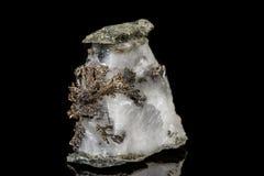 Makro- kamienny kopaliny srebra metal w skale na czarnym tle obrazy royalty free