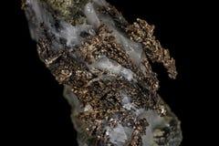 Makro- kamienny kopaliny srebra metal w skale na czarnym tle obrazy stock