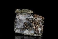 Makro- kamienny kopaliny srebra metal w skale na czarnym tle zdjęcie royalty free