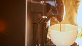 Makro- kawa Nalewa w filiżanek przerwy osoba Bierze Daleko filiżankę zbiory
