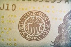 Makro- kontur żakiet ręki jednoczył stan rezerwy federalnej system Na dolarze Zdjęcia Stock