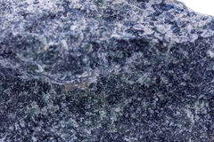 Makro- kopalina kamień Dumortierite na białym tle Zdjęcie Stock