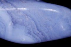 Makro- kopalny błękitny agata sapphirin w skale na czarnym backgrou Zdjęcie Royalty Free