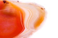 Makro- kopalny pomarańczowy agat w kryształach na białym tle Zdjęcie Royalty Free
