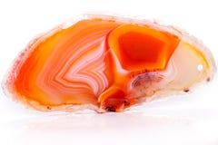 Makro- kopalny pomarańczowy agat w kryształach na białym tle Obrazy Royalty Free
