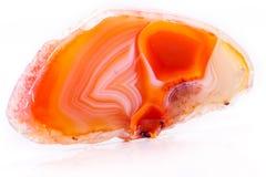 Makro- kopalny pomarańczowy agat w kryształach na białym tle Fotografia Royalty Free