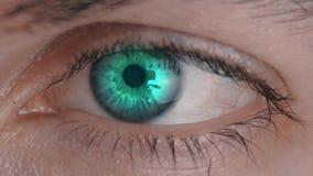 Makro menschliches Augen-Scan-Technologie-Schnittstelle Das Auge des Überprüfungsmannes des futuristischen Überwachungssystems stock footage