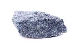 Makro- Mineral- Stein-Dumortierite auf weißem Hintergrund lizenzfreie stockfotografie