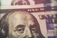 Makro nah oben von Ben Franklin-` s Gesicht auf dem Dollarschein US 100 Stockbilder