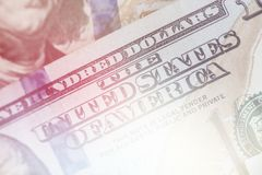 Makro nah oben von Ben Franklin-` s Gesicht auf dem hellen Tonen des Dollarscheins US 100 Lizenzfreie Stockfotos