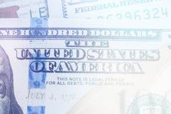 Makro nah oben von Ben Franklin-` s Gesicht auf dem hellen Tonen des Dollarscheins US 100 Lizenzfreie Stockfotografie