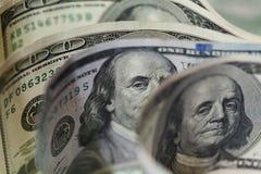 Makro nah oben von Ben Franklin-` s Gesicht auf den US 100 Dollar Lizenzfreie Stockfotos
