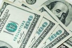 Makro nah oben von Ben Franklin-` s Gesicht auf den US 100 Dollar Stockfotos