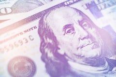 Makro nah oben von Ben Franklin-` s Gesicht auf den US helles Tonen von 100 Dollar Lizenzfreies Stockbild