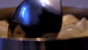 Makro- osob fertań kluchy w niecki łyżce odbijają okno zbiory wideo