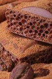 Makro- porowaty czekoladowy kakao kropiący z kawowymi fasolami Obraz Royalty Free