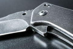 Makro- Przyrodni Otwarty Czarny falcowanie nóż Na zmrok ziemi obraz stock