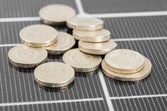 Makro-PV-Sonnenkollektor und -geld. Stockfoto